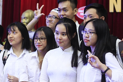 Lê Quỳnh Anh bên các bạn lớp Sư phạm Toán dạy bằng tiếng Anh trong ngày khai giảng. Ảnh:Dương Tâm