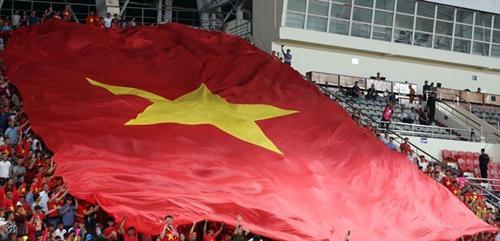 Đại kỳ cũng được CĐV mang tới SVĐQG Lào