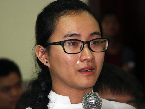 Nữ sinh kể về cô giáo Toán trong buổi gặp gỡ với lãnh đạo Sở Giáo dục TP HCM. Ảnh: Mạnh Tùng.