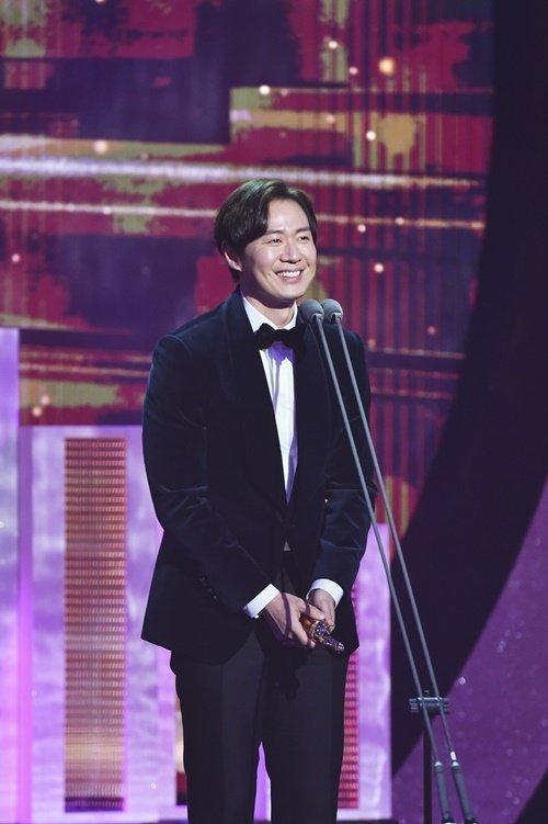 Yeon Jung Hoon tiết lộ Han Ga In sẽ sinh em bé thứ 2 vào năm tới tại MBC Drama Awards 2018 ảnh 0