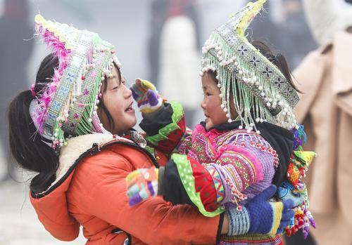 Miền Bắc đang trải qua đợt rét nhất từ đầu đông. Hai em bé ở Sa Pa (Lào Cai) phải mặc thật ấm để đi bán đồ lưu niệm. Ảnh: Tuấn Minh.