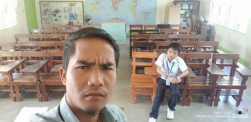 Thầy giáo và một học sinh duy nhất xuất hiện ở lớp sau kì nghỉ Giáng sinh. Ảnh: Youscooper Chito Grullo