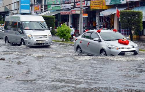 Đến chiều 4/1, nhiều tuyến đường ở TP Cà Mau còn ngập sâu. Ảnh:Hoàng Hạnh.