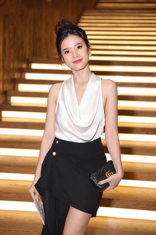 """Vốn nổi tiếng với hình tượng mong manh và dịu dàng đúng chuẩn của một biểu tượng nhan sắc Việt, người hâm mộ luôn yêu thích và dành nhiều tình cảm cho cô cũng bởi vì những kiểu trang phục """"biết lấy lòng"""" người khác."""