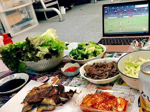 Bữa ăn nhóm sinh viên ở Tokyo chuẩn bị trong một lần cổ vũ đội tuyển Việt Nam. Ảnh:NVCC