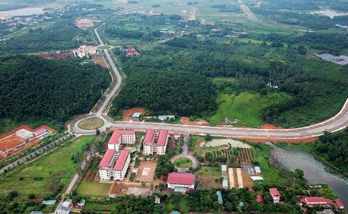 Khu Đại học Quốc gia Hà Nội tại Hòa Lạc rộng hơn 1.000 ha hiện còn nhiều diện tích đất trống, cỏ cây phủ đầy. Ảnh:Giang Huy.