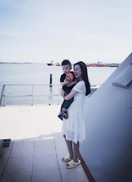 Thậm chí, Vy Oanh còn từng mix chung với váy trắng điệu đà thế này đây.