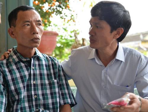 Bác sĩ Thái (phải) luôn nhắc ông Đông uống thuốc mỗi ngày. Ảnh: Phương Linh.