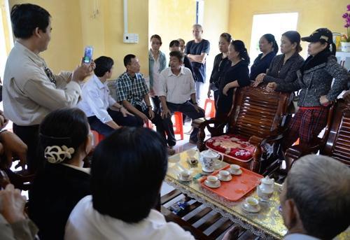 Rất đông người đến nhà bác sĩ Thái hôm 20/2 để chứng kiến ông Đông (áo caro đen trắng) gặp lại người thân. Ảnh: Phương Linh.