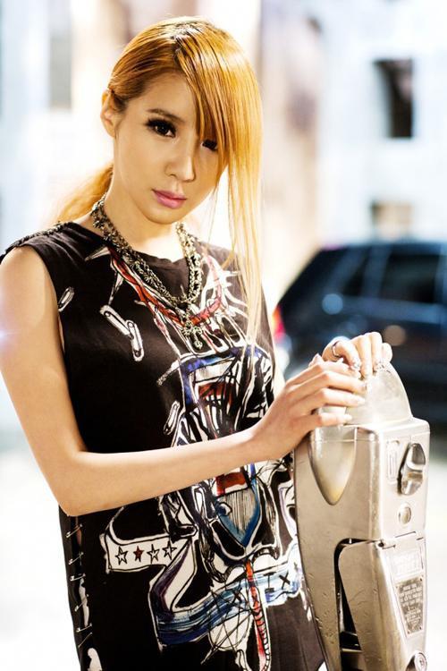 """Tuy nhiên, khi cùng nhóm nhạc comeback vào năm 2011 với ca khúc Lonely, thì Park Bom lại khiến nhiều người """"nghi ngờ"""" cô lại nhờ cậy dao kéo để có gương mặt dài và nhọn hơn."""