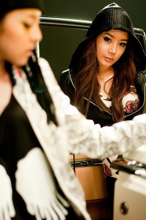 Có thể thấy, sự biến đổi về nhan sắc từ khi debut đến khi trở thành thành viên chính thức của nhóm, Park Bom có sự 'lột xác' ngoạn mục. Giờ đây cô được biết đến là nữ ca sĩ có ngoại hình xinh đẹp như búp bê. Thời gian này được coi là đỉnh cao nhan sắc của người đẹp.