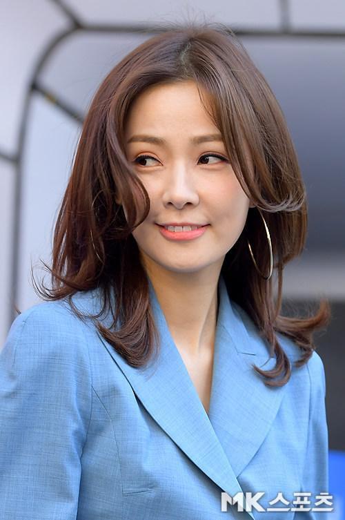 Dự sự kiện cùng Lee Da Hae  Seohyun và Eun Jung, Son Tae Young bị chửi vì sự cố con trai chiếm chỗ BTS ảnh 20