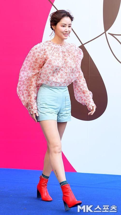 """""""Mẹ Kim Tan"""" Kim Sung Ryung, tươi trẻ đẹp rạng ngời ở tuổi 52."""