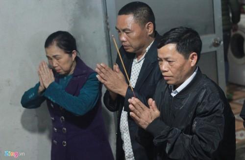 Bà Duyên (đại diện gia đình tài xế Phan Thanh Phú) đến từng gia đình nạn nhân để gửi lời xin lỗi. Ảnh: Zing