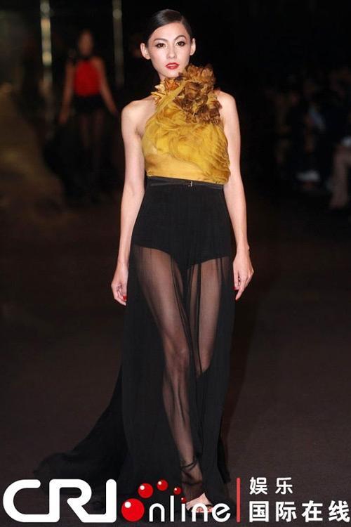 Nàng diễn viên Hong Kong xuất hiện trong show nhà mốt Gucci trong BST Thu/Đông 2012.