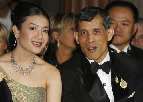 Nhà vua Vajiralongkorn và người vợ thứ baSrirasmi. Ảnh:Weekly Standard
