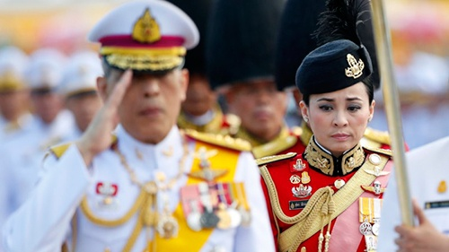 Bà Suthida làm nhiệm vụ trong đội cận vệ cạnh Quốc vương Vajirusongkorn. Ảnh:AP