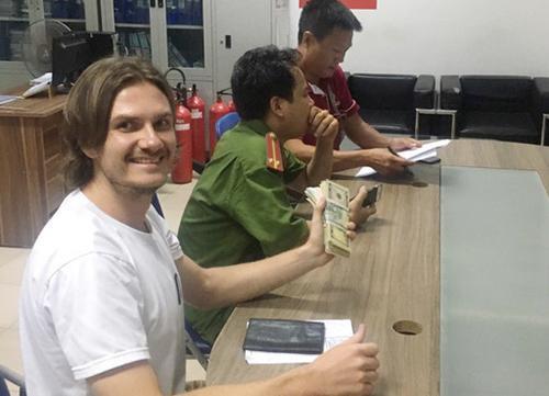 Ông Artern (người Ukraina) nhận lại số tiền. Ảnh: VnExpress