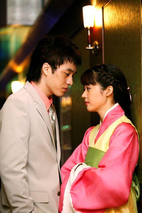 """Cặp đôi hợp tác trong """"Chuyện tình vượt thời gian"""" sản xuất năm 2003. Sung Yuri cũng đã lên xe hoa."""