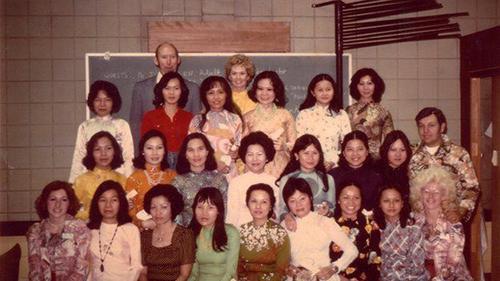 Nữ diễn viên, nhà nhân đạo Tippi Hedren (áo dài vàng, đứng giữa hàng cao nhất) và 20 phụ nữ Việt được cấp chứng nhận thợ làm móng đầu tiên tại Mỹ năm 1975. Ảnh: Hope Village