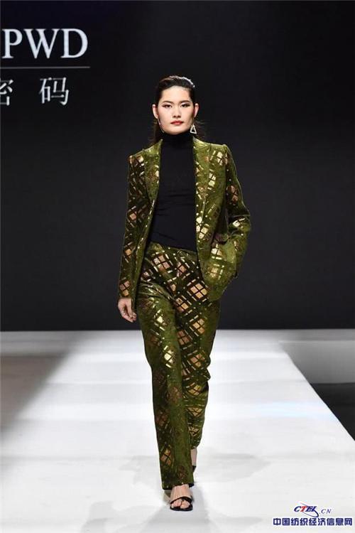 Loora vừa cho ra mắt BST thời trang tuần lễ thời trang Thẩm Quyến( Trung Quốc) vào tháng 3 vứa qua