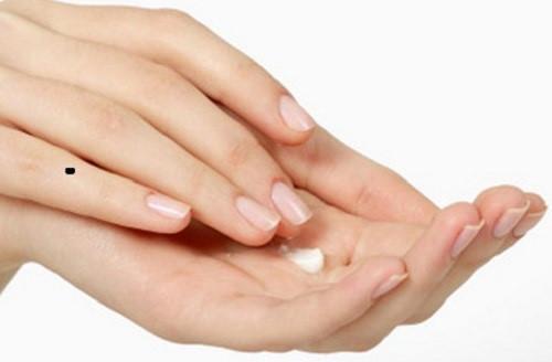 Vị trí, hình dạng, màu sắc của nốt ruồi trên ngón tay út sẽ nói lên rất nhiều điều về một người.