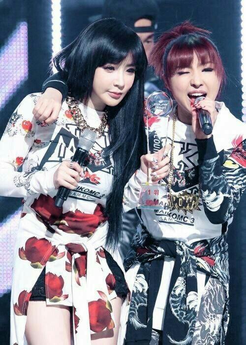 Trong nhóm, Park Bom thân với Minzy nhất nên khi nhìn thấy Minzy xuất hiện, cô nàng đã không kìm nén được sự xúc động.