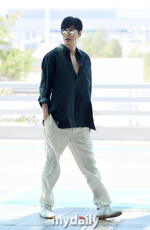 Thần thái sang chảnh, cách xử lý đẹp của Lee Min Ho sau khi lộ phần xôi thịt tại sân bay ảnh 1
