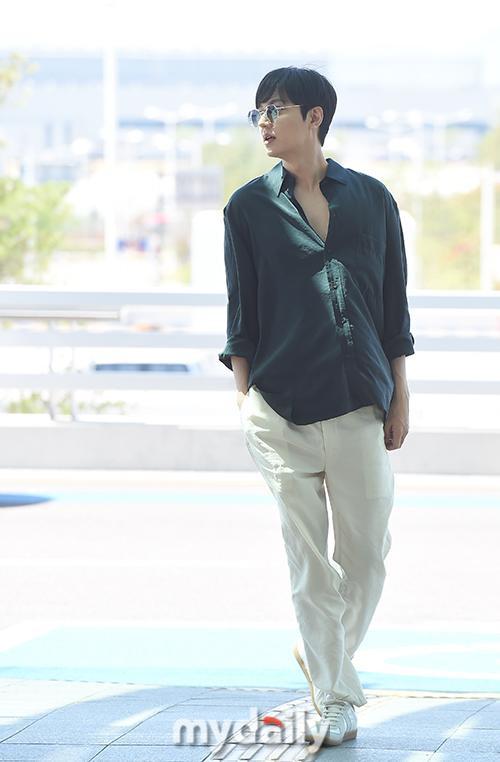 Thần thái sang chảnh, cách xử lý đẹp của Lee Min Ho sau khi lộ phần xôi thịt tại sân bay ảnh 2