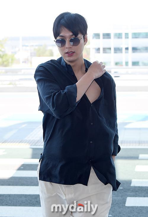Thần thái sang chảnh, cách xử lý đẹp của Lee Min Ho sau khi lộ phần xôi thịt tại sân bay ảnh 11
