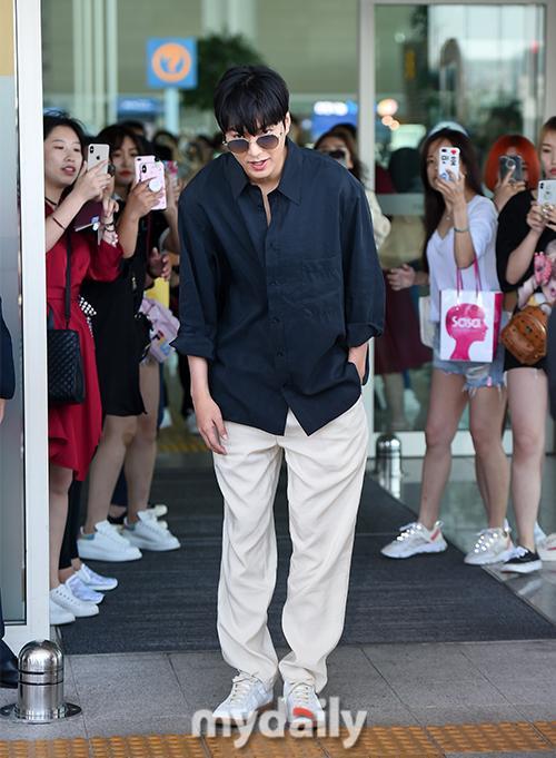 Thần thái sang chảnh, cách xử lý đẹp của Lee Min Ho sau khi lộ phần xôi thịt tại sân bay ảnh 13