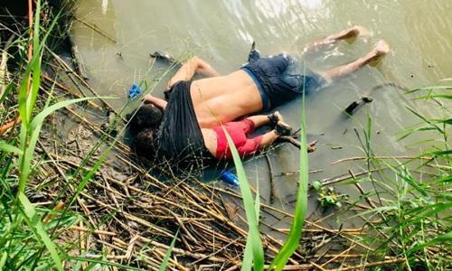 Hai cha con chết đuối bên bờ sông khi vượt biên.