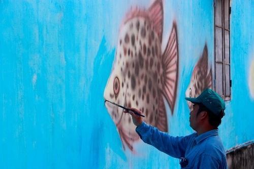 Các loài cá đặc sản trên vùng đầm phá Tam Giang được đưa vào tranh. Ảnh: Võ Thạnh