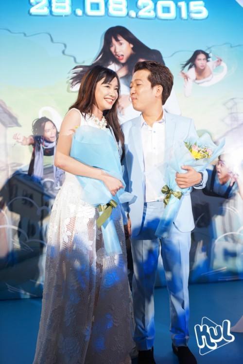 Một trong những cặp nghệ sĩ dính nghi vấn quen nhau qua việc thường xuyên diện đồ đôi chính là Trường Giang và Nhã Phương.