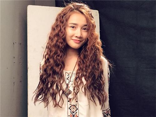 Sở hữu gương mặt đẹp ngọt ngào tưởng chừng phù hợp với mọi loại tóc, nhưng khi thử nghiệm phong cách boho này, Nhã Phương bị nhận định là già hơn tuổi nhiều lần.