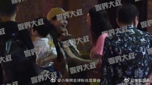 Ngày 4/7 paparazzi đăng tải hình ảnh Angelababy cho con trai đi ăn ở Thượng Hải nhưng không có Huỳnh Hiểu Minh