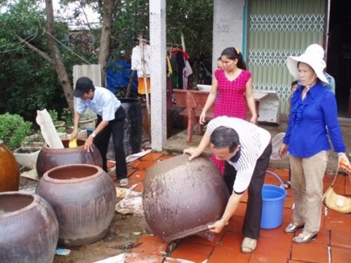 Hằng tuần thực hiện các biện pháp diệt loăng quăng/bọ gậy, thau rửa dụng cụ chứa nước… để phòng ngừa bệnh sốt xuất huyết. Ảnh minh hoạ