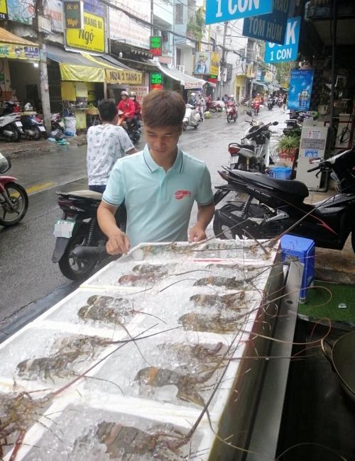 Sau nhiều lần thất bại ở những công việc khác nhau, Lệ Rơi chuyển hướng sang kinh doanh hải sản