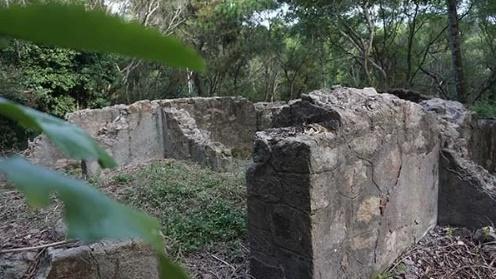 Các bức tường được xây bằng đá kiên cố xen lẫn với gạch nung thủ công. Ảnh:Lê Hoàng.