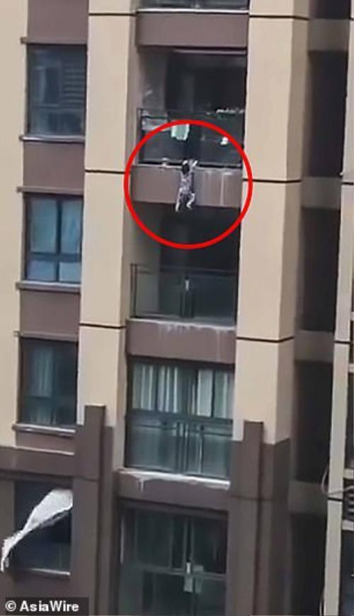 Bé trai treo lơ lửng bên ngoài lan can tầng 6.