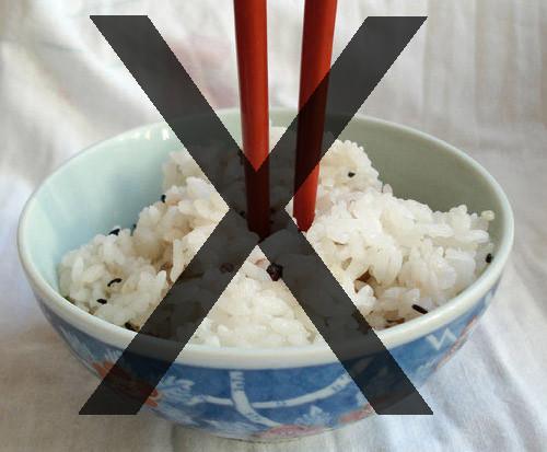 Không nên cắm đũa giữa bát cơm trong tháng cô hồn.