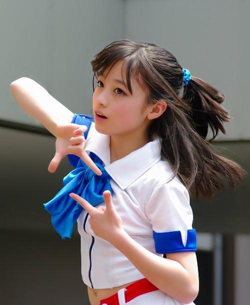Năm 2013, Kanna Hashimoto trở thành cái từ khóa được tìm kiếm nhiều nhất trên Internet sau một bức ảnh của cô được chia sẻ trên mạng xã hội. Trang web công ty quản lý của Kanna bị nghẽn do lượng người truy cập tăng đột biến.