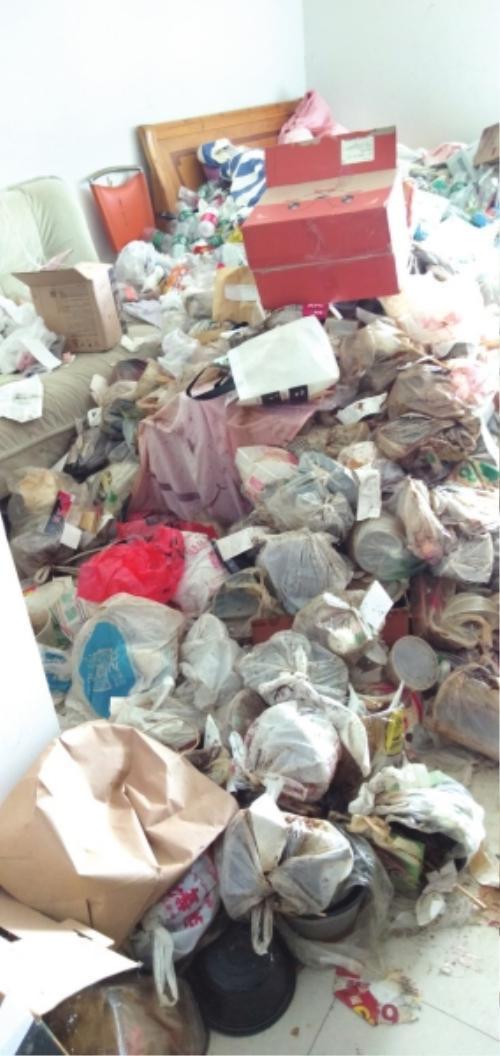 Căn phòng ngập ngụa trong rác thải khiến ai chứng kiến cũng phải rùng mình, ớn lạnh.