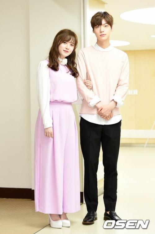 Goo Hye Sun tiết lộ Ahn Jae Hyun cố gắng bỏ chạy sau nụ hôn đầu: Chị điên rồi! ảnh 2