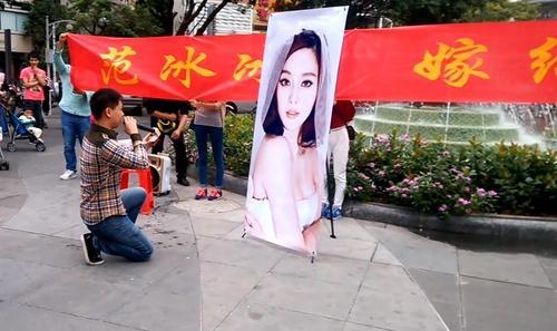 Vừa mới chia tay Lý Thần, Phạm Băng Băng được fan cuồng cầu hôn giữa phố ảnh 9