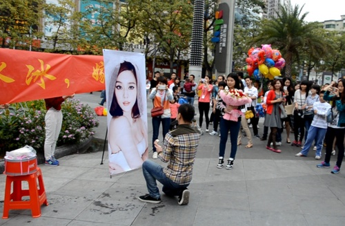Vừa mới chia tay Lý Thần, Phạm Băng Băng được fan cuồng cầu hôn giữa phố ảnh 8