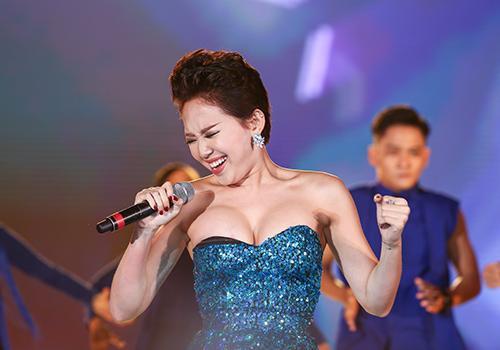 Tóc Tiên, Hương Giang quẩy sung lộ điểm nhạy cảm trên sân khấu, nhìn sang Trấn Thành ai cũng cười bò ảnh 3
