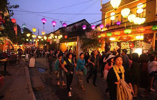 Du khách đi bộ trên đường Nguyễn Thái Học tham quan phố cổ Hội An. Ảnh: Đắc Thành.