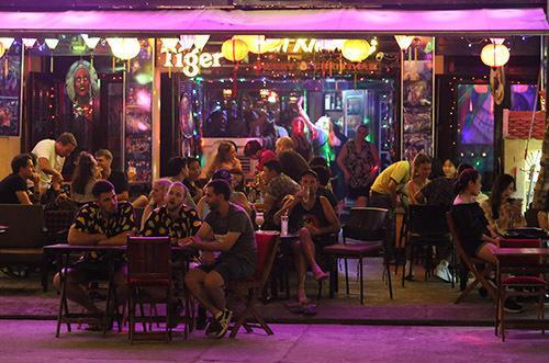 Một quán bar trên phố Nguyễn Phúc Chu. Ảnh: Đắc Thành.