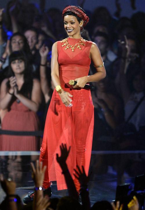Ca sĩ Rihanna diện áo dài cách tân trẻ trung, năng động nhưng vẫn phù hợp với thuần phong mỹ tục của người Việt